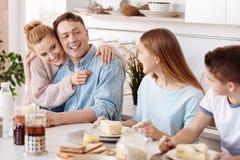 Θετικοί αγαπώντας γονείς που αισθάνονται υπερήφανοι των παιδιών τους Στοκ Εικόνες