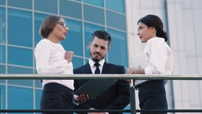 Θετικοί επιχειρηματίες που κάνουν επιχειρήσεις υπαίθρια απόθεμα βίντεο