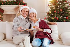 Θετικοί ευχαριστημένοι άνθρωποι που τρώνε τα μπισκότα Στοκ φωτογραφίες με δικαίωμα ελεύθερης χρήσης