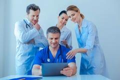 Θετικοί ευχαριστημένοι ιατρικοί εργαζόμενοι που συζητούν το υλικό στοκ φωτογραφία με δικαίωμα ελεύθερης χρήσης