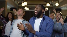 Θετικοί νέοι που γιορτάζουν την επιτυχία, που υποστηρίζει αγαπημένη την ομάδα από κοινού απόθεμα βίντεο