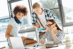 Θετικοί νέοι σπουδαστές που μελετούν από κοινού Στοκ φωτογραφία με δικαίωμα ελεύθερης χρήσης