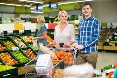 Θετικοί πελάτες που επιλέγουν τα φρέσκα frusits Στοκ Εικόνα