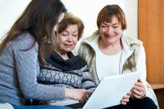 Θετικοί συνταξιούχοι και σχετικός Ιστός ξεφυλλίσματος στο lap-top Στοκ φωτογραφία με δικαίωμα ελεύθερης χρήσης