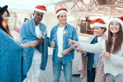 Θετικοί σύντροφοι που έχουν τη διασκέδαση κατά τη διάρκεια των Χριστουγέννων Στοκ φωτογραφία με δικαίωμα ελεύθερης χρήσης