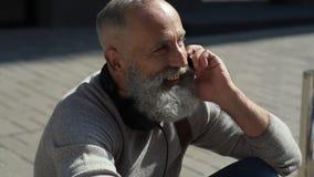 Θετικός απασχολημένος γενειοφόρος τύπος που καλεί κάποιο στην οδό απόθεμα βίντεο