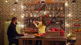 Θετικός ελεύθερος χρόνος εξόδων ζευγών στην κουζίνα απόθεμα βίντεο