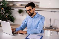 Θετικός επιχειρηματίας που εργάζεται στο lap-top στοκ φωτογραφίες