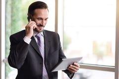Θετικός επιχειρηματίας που μιλά στο τηλέφωνο κυττάρων Στοκ φωτογραφίες με δικαίωμα ελεύθερης χρήσης