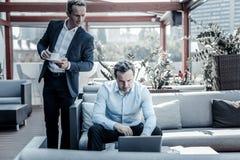 Θετικός επιχειρηματίας της Νίκαιας που έχει τον καφέ στοκ εικόνες