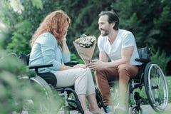 Θετικός ευχαριστημένος άνδρας που εξετάζει τη γυναίκα του στοκ εικόνες