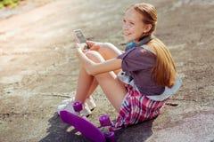 Θετικός ευχαριστημένος έφηβος που έχει τις καλοκαιρινές διακοπές της στοκ φωτογραφία με δικαίωμα ελεύθερης χρήσης
