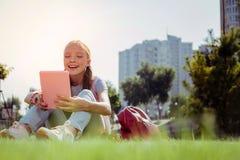 Θετικός ευχαριστημένος έφηβος που έχει το υπόλοιπο στο πάρκο στοκ φωτογραφίες