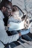 Θετικός ευχαριστημένος διεθνής οδοντίατρος που μιλά στον ασθενή του στοκ φωτογραφία με δικαίωμα ελεύθερης χρήσης