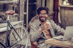 Θετικός ευχαριστημένος επιχειρηματίας που εξετάζει ευθύς τη κάμερα στοκ εικόνες