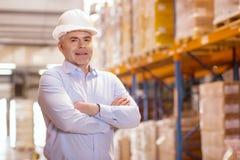 Θετικός ευχαριστημένος επιχειρηματίας που φορά ένα κράνος στοκ φωτογραφία με δικαίωμα ελεύθερης χρήσης