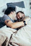 Θετικός ευχαριστημένος μη παραδοσιακός ύπνος ζευγών από κοινού στοκ εικόνα με δικαίωμα ελεύθερης χρήσης