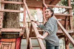 Θετικός ευχαριστημένος χρόνος εξόδων κοριτσιών στο σπίτι δέντρων στοκ εικόνες