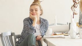 Θετικός θηλυκός σχεδιαστής που γελά σε κάτι εργαζόμενος στο στούντιο απόθεμα βίντεο