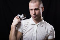 Θετικός νεαρός άνδρας με μια παλαιά κάμερα σε ένα χέρι Στοκ Εικόνες