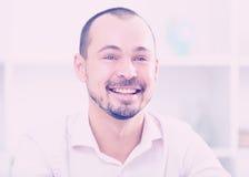 Θετικός νεαρός άνδρας στην αρχή Στοκ εικόνες με δικαίωμα ελεύθερης χρήσης