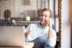 Θετικός τύπος που μιλά στο τηλέφωνο κυττάρων Στοκ εικόνες με δικαίωμα ελεύθερης χρήσης