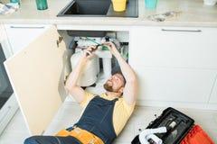 Θετικός υδραυλικός στην εργασία στοκ εικόνα