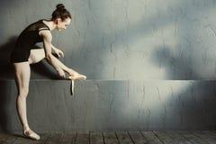 Θετικός χορευτής μπαλέτου που φορά τα σημεία της στη χορεύοντας αίθουσα στοκ φωτογραφίες