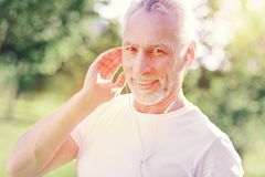 Θετικό άτομο με τα ακουστικά στοκ εικόνα με δικαίωμα ελεύθερης χρήσης