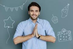 Θετικό άτομο που αισθάνεται ευτυχές ενώ έχοντας μια γιορτή γενεθλίων στοκ φωτογραφία με δικαίωμα ελεύθερης χρήσης