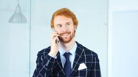 Θετικό άτομο που μιλά σε Smartphone, κάθισμα στην αρχή Στοκ φωτογραφίες με δικαίωμα ελεύθερης χρήσης