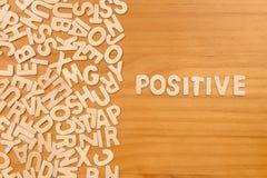 Θετικό λέξης που γίνεται με τις ξύλινες επιστολές φραγμών στοκ εικόνες