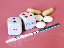 Θετικό δοκιμής εγκυμοσύνης με δύο λωρίδες και το αντισυλληπτικό χάπι Χωρίστε σε τετράγωνα στο ρόδινο υπόβαθρο Στοκ εικόνα με δικαίωμα ελεύθερης χρήσης