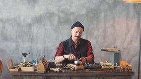 Θετικό ελκυστικό άτομο που δημιουργεί ένα σχέδιο εργαζόμενο στο κατάστημα κοσμήματος φιλμ μικρού μήκους