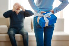 Θετικό ευχαριστημένο άτομο που κάθεται απέναντι από τη σύζυγό του Στοκ εικόνες με δικαίωμα ελεύθερης χρήσης