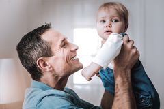 Θετικό ευχαριστημένο άτομο που χαμογελά στο γιο του στοκ φωτογραφίες με δικαίωμα ελεύθερης χρήσης