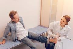Θετικό ευχαριστημένο θηλυκό που εξετάζει τον ασθενή της Στοκ Εικόνες