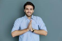 Θετικό εύθυμο άτομο που κρατά τα χέρια του από κοινού στοκ φωτογραφία