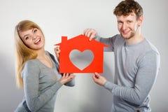 Θετικό ζεύγος με το σπίτι καρδιών Στοκ εικόνα με δικαίωμα ελεύθερης χρήσης