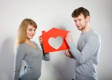 Θετικό ζεύγος με το σπίτι καρδιών Στοκ φωτογραφίες με δικαίωμα ελεύθερης χρήσης