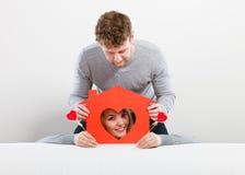 Θετικό ζεύγος με το σπίτι καρδιών Στοκ εικόνες με δικαίωμα ελεύθερης χρήσης