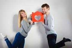 Θετικό ζεύγος με το σπίτι καρδιών Στοκ φωτογραφία με δικαίωμα ελεύθερης χρήσης