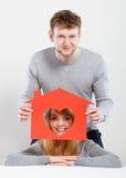 Θετικό ζεύγος με το σπίτι καρδιών Στοκ Εικόνες