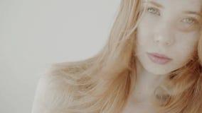 Θετικό κοκκινομάλλες κορίτσι απόθεμα βίντεο
