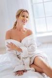 Θετικό κορίτσι που ονειρεύεται για τη ρομαντική ημερομηνία Στοκ εικόνα με δικαίωμα ελεύθερης χρήσης