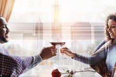 Θετικό νέο κρασί κατανάλωσης ζευγών Στοκ Εικόνες
