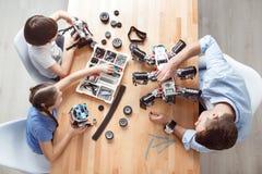 Θετικό παιχνίδι πατέρων με τα παιδιά Στοκ φωτογραφίες με δικαίωμα ελεύθερης χρήσης