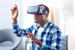 Θετικό συγκινημένο άτομο που εξετάζει τη νέα τεχνολογία Στοκ Φωτογραφίες
