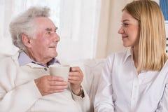 Θετικό caregiver και ικανοποιημένος πρεσβύτερος Στοκ Εικόνα