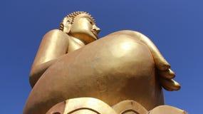 Θεωρήστε και πίστη ο χρυσός μεγάλος Βούδας με το υπόβαθρο μπλε ουρανού Στοκ εικόνα με δικαίωμα ελεύθερης χρήσης